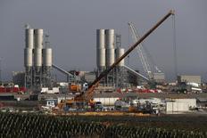 Reino Unido aprobó el jueves la construcción de una planta de energía nuclear de 24.000 millones de dólares, poniendo fin a semanas de incertidumbre que tensaron las relaciones con China y Francia y generaron dudas sobre la política de inversión de la primera ministra Theresa May. En la imagen, la planta nuclear Hinkley Point C cerca de Bridgwater, Reino Unido,  el 14 de septiembre de 2016. REUTERS/Stefan Wermuth