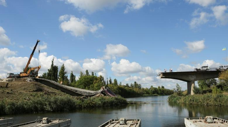 The OSCE team inspects the bridge that was bombed by separatists in early 2014 and is now being rebuilt in Sloviansk, Eastern Ukraine on September 15, 2016. REUTERS/Andrea Shalal