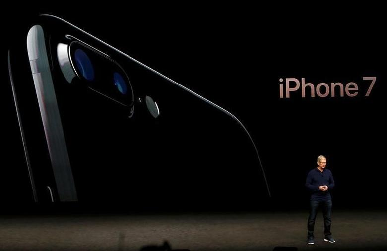 Apple Inc CEO Tim Cook discusses the iPhone 7 during an Apple media event in San Francisco, California, U.S. September 7, 2016. Reuters/Beck Diefenbach/Files