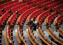 Украинский депутат говорит по мобильному в зале заседаний парламента в Киеве 6 сентября 2016 года. Правительство Украины в последний отпущенный законом вечер утвердило и передало в парламент проект бюджета на 2017 год с дефицитом 3,0 процента ВВП, согласованным с международными кредиторами. REUTERS/Gleb Garanich