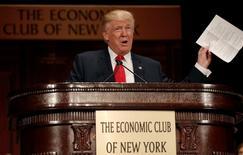 Кандидат в президенты США от республиканцев Дональд Трамп выступает перед представителями крупного бизнеса в Нью-Йорке 15 сентября 2016 года. REUTERS/Mike Segar