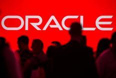 """Oracle a publié jeudi des résultats trimestriels en hausse mais inférieurs aux attentes des analystes, ses solutions d'informatique dématérialisée (""""cloud"""") ne suffisant pas à compenser le ralentissement de son activité traditionnelle de logiciels vendus sous licence. /Photo d'archives/REUTERS/Jana Asenbrennerova"""