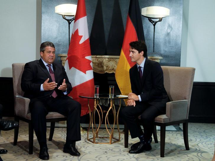 Canada's Prime Minister Justin Trudeau (R) chats with German Economy Minister Sigmar Gabriel before their bilateral meeting in Montreal, Canada September 15, 2016. REUTERS/Christinne Muschi