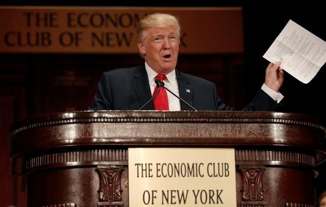 9月15日、米大統領選の共和党候補ドナルド・トランプ氏が打ち出した新たな経済政策は、土台部分が典型的な誇大表現で出来上がった「砂上の楼閣」の趣がある。写真はニューヨークのエコノミック・クラブで講演するトランプ氏。15日撮影(2016年 ロイター/Mike Segar)