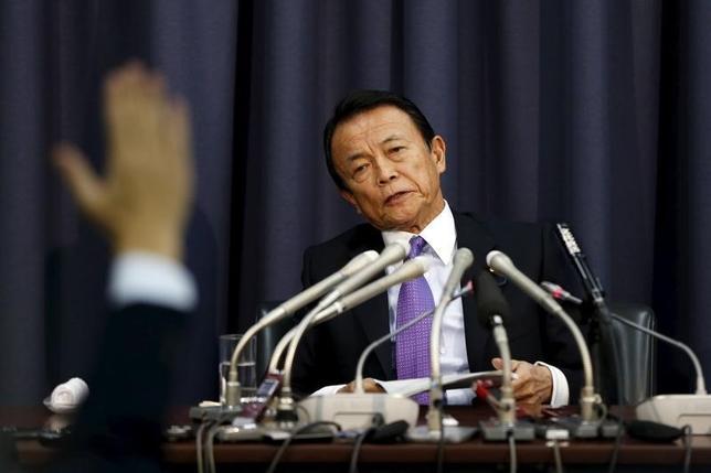 9月16日、麻生太郎財務相は閣議後会見で、デフレ脱却に向けた需要喚起策として「金融だけではなく財政でもやらねばならない」と述べ、引き続き政府・日銀の連携を密に取っていく考えを示した。写真は都内で2015年12月撮影(2016年 ロイター/Issei Kato)