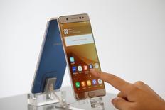 Samsung Electronics Co Ltd retirará 1 millón de teléfonos inteligentes Galaxy Note 7 vendidos en Estados Unidos, que reemplazará o reembolsará, debido a serios peligros de que sus baterías se incendien, lo que ha perjudicado la imagen de la empresa coreana. En la imagen, un empleado posa con un Galaxy Note 7 en una tienda de Samsung en Seúl, el 2 de septiembre de 2016.  REUTERS/Kim Hong-Ji