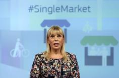 La comisaria de Industria de la Unión Europea, Elzbieta Bienkowska, quiere que los 27 estados miembros emitan bonos conjuntos para impulsar el mercado del sector europeo de defensa, dentro de la estrategia del bloque de cerrar filas ante el brexit. En la imagen de archivo, Bienkowska asiste a una conferencia en la sede de la Comisión en Bruselas. REUTERS/Francois Lenoir