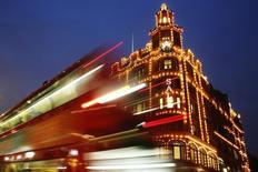 Le magasin Harrod's à Londres. Les achats effectués par les touristes internationaux, qui comptent pour près du tiers des ventes mondiales du luxe, ont poursuivi leur baisse en août mais à un rythme moins rapide grâce à un rebond massif intervenu au Royaume-Uni. /Photo d'archives/REUTERS/Luke MacGregor