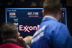 Трейдеры смотрят на табло с котировками акций ExxonMobil на Нью-Йоркской фондовой бирже 5 марта 2015 года. Генпрокурор Нью-Йорка Эрик Шнайдерман проверяет методы ведения отчетности Exxon Mobil Corp и выясняет, почему гигант энергетики не списывал стоимость активов после падения цен на нефть, сообщил источник, знакомый с ситуацией. REUTERS/Brendan McDermid