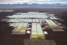 Salmueras y zonas de procesamiento de SQM en el Salar de Atacama en el norte de Chile, ene 10, 2013. Analistas financieros mostraron el viernes preocupación por una eventual investigación contra la minera chilena SQM sobre sus exportaciones de litio por parte del regulador en energía nuclear, ya que podría llevar a la revocación de sus permisos. REUTERS/Ivan Alvarado