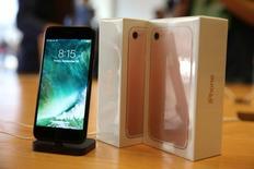 Novo iPhone 7 é visto em loja da Apple em Los Angeles, nos Estados Unidos  16/09/2016 REUTERS/Lucy Nicholson