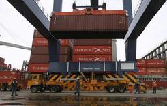 Una grúa cargando un contenedor en el puerto de Cartagena, Colombia, mayo 14, 2012. El déficit comercial de Colombia se redujo un 42,4 por ciento en julio a 1.006 millones de dólares, en comparación con el que registró el país en el mismo mes del año pasado, reveló el viernes el Departamento Nacional de Estadísticas (DANE).  REUTERS/Joaquin Sarmiento