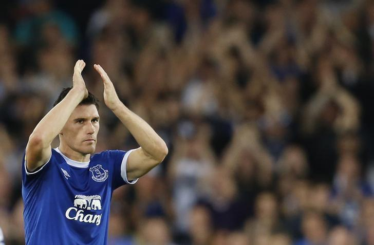 Football Soccer Britain - Everton v Middlesbrough - Premier League - Goodison Park - 17/9/16Everton's Gareth Barry applauds the fans as he is substitutedAction Images via Reuters / Ed SykesLivepic