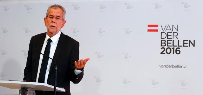 Austrian presidential candidate Alexander Van der Bellen, who is supported by the Greens, addresses a news conference in Vienna, Austria, September 12, 2016.    REUTERS/Leonhard Foeger