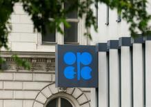 Logo de la OPEP en sus oficinas centrales en Viena, Austria, 30 mayo, 2016. Los miembros de la OPEP podrían convocar a una reunión extraordinaria para discutir los precios del crudo si llegan a un consenso durante un encuentro informal que tendrán este mes en Argel, dijo el secretario general del cartel durante una visita a Argelia, informó el domingo la agencia estatal APS. REUTERS/Heinz-Peter Bader