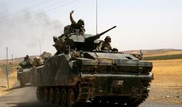 Un véhicule blindé de l'armée turque participe à l'opération lancé le 24 août dernier dans le nord de la Syrie. Selon le président turc Recep Tayyip Erdogan, les rebelles syriens soutenus par l'armée turque pourraient tenter d'étendre leur zone de contrôle vers le sud. /Photo prise le 27 août 2016/REUTERS/Umit Bektas