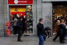 L'économie espagnole dégagera cette année une croissance de plus de 3%, même si l'impasse politique au sommet de l'Etat commence à affecter l'activité, déclare le ministre de l'Economie Luis de Guindos dans un entretien publié lundi par le quotidien ABC. /Photo d'archives/REUTERS/Susana Vera