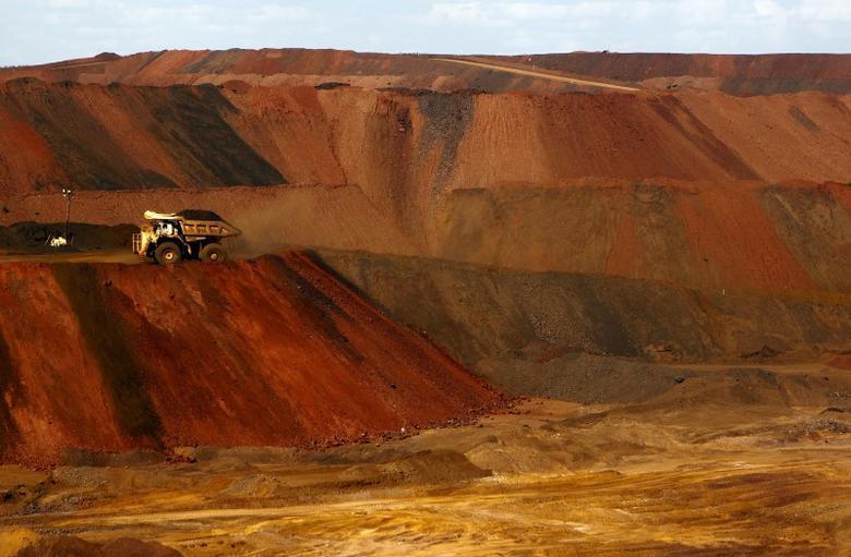 图为2015年11月17日资料图片,显示澳大利亚一处铁矿石矿场。REUTERS/Jim Regan
