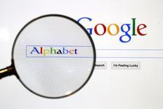 Indonesia tiene planes de examinar a Google, de Alphabet Inc, por impuestos atrasados durante cinco años, y el gigante de las búsquedas de internet podría enfrentar una factura de más de 400 millones de dólares sólo en 2015 si se demuestra que no ha cumplido con sus obligaciones impositivas, dijo a Reuters un alto cargo fiscal.  En la imagen, la página web de Google vista a través de una lupa en Berlín, el 11 de agosto de 2015.  REUTERS/Pawel Kopczynski/Files