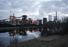 Vista general de una fábrica de acero en Salzgitter, Alemania. 11 de marzo de 2009. El crecimiento económico alemán podría desacelerarse en el tercer trimestre, principalmente por una demanda débil de exportaciones manufactureras, dijo el lunes el Bundesbank, que rebajó su panorama para la economía más grande de la zona euro tras una serie de datos deslucidos. REUTERS/Christian Charisius