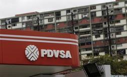 Una gasolinera de PDVSA en Caracas, sep 14, 14, 2016. Los bonos PDVSA abrieron el lunes en baja, mientras los inversores siguen examinando las condiciones de un canje voluntario de deuda por unos 7.100 millones de dólares al 2017 ofrecido por la petrolera estatal venezolana.  REUTERS/Henry Romero