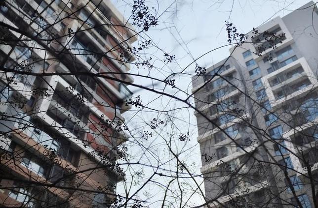 9月20日、国営新華社通信は解説記事で、一部の都市で住宅価格が高騰しているのに対応し、政府は各地方の現状に沿って不動産政策を一段と差別化する必要があるとの見解を示した。写真は北京の集合住宅。2014年12月撮影(2016年 ロイター/Jason Lee)