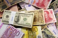 Валюты различных стран в Korea Exchange Bank в Сеуле 22 октября 2010 года. Основные валюты замерли во вторник, в то время как инвесторы ожидали итогов заседаний Банка Японии и Федрезерва США на фоне слухов о возможных радикальных изменениях программы смягчения политики японским регулятором. REUTERS/Truth Leem