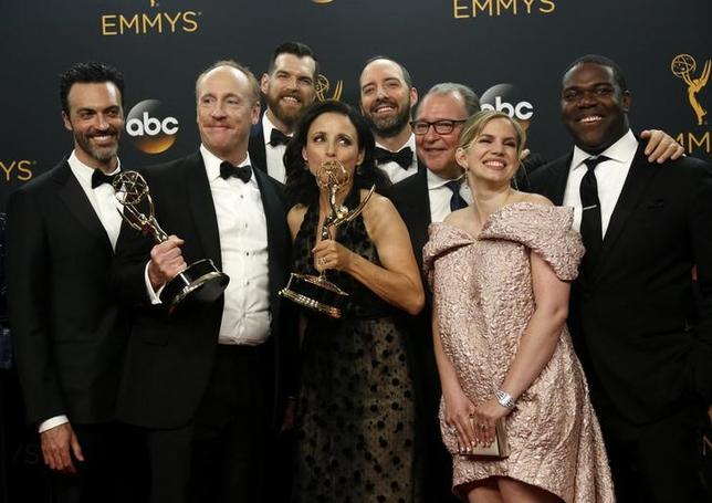 9月19日、米ABCが公表したデータによると、18日に米国で生中継された第68回エミー賞授賞式のテレビ視聴者数が約1130万人と過去最低を記録した。写真はコメディ部門の作品賞を受賞した「Veep」のキャストら(2016年 ロイター/MARIO ANZUONI)