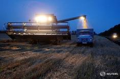 Уборочная техника на поле пшеницы в поселке Новокавказский 7 июля 2016 года. Урожай зерновых в 2016 году может составить 110-116 миллионов тонн, а экспорт может достичь 35-40 миллионов тонн, сказал во вторник министр сельского хозяйства Александр Ткачев. REUTERS/Eduard Korniyenko