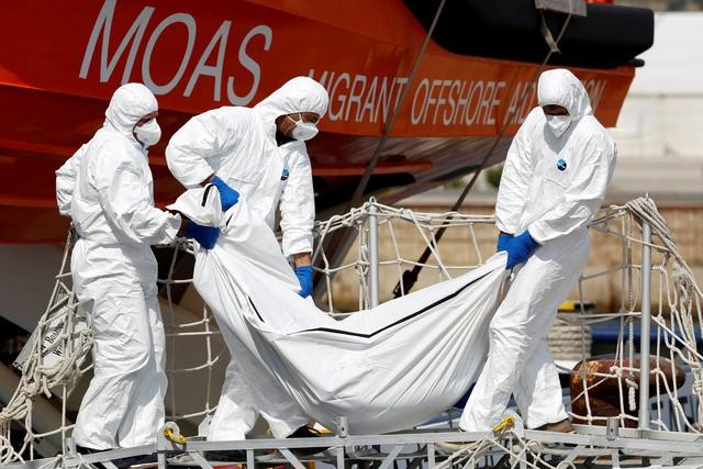 People carry the body of a dead migrant from the vessel Topaz Responder as they arrive in the Sicilian harbour of Augusta, Italy September 7, 2016. REUTERS/Antonio Parrinello
