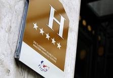 L'hôtellerie française risque d'être durablement touchée par la désaffection des touristes internationaux et la concurrence des offres alternatives comme Airbnb ou Leboncoin, estime le cabinet KMPG. /photo pris ele 8 août 2016/REUTERS/Jacky Naegelen