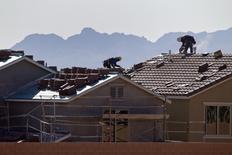 Constructores trabajando en los techos de unas casas en Las Vegas, Estados Unidos. 5 de abril de 2013. Los inicios de construcciones de casas en Estados Unidos cayeron en agosto debido a que la actividad de edificación declinó ampliamente luego de dos meses consecutivos de sólido aumento, pero un repunte de los permisos para viviendas unifamiliares sugiere que la demanda continúa intacta. REUTERS/Steve Marcus