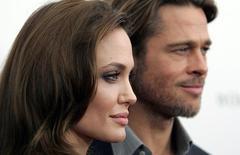 """Анджелина Джоли и Брэд Питт на съемках фильма """"В краю крови и меда"""". Актриса Анджелина Джоли подала на развод с актёром Брэдом Питтом, сообщил её адвокат во вторник.   REUTERS/Carlo Allegri/File Photo"""