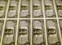 Billetes de 1 dólar en una mesa de luz en la Casa de la Moneda de los Estados Unidos en Washington. nov 14, 2014. El dólar subió el martes frente a una canasta de monedas relevantes en medio de escasas operaciones, ya que los inversores limitaron sus movimientos antes de que concluyan las reuniones de política monetaria del Banco de Japón y la Reserva Federal de Estados Unidos.  REUTERS/Gary Cameron/File Photo
