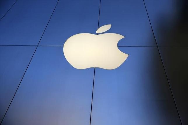 9月20日、欧州委員会のベステアー委員(競争政策担当)は、米企業に対する新たな税務調査に着手する予定はないと明らかにした。写真はアップルのロゴ。ロサンゼルスで16日撮影(2016年 ロイター/Lucy Nicholson)