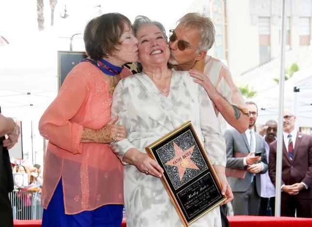 9月20日、米女優キャシー・ベイツが、ハリウッドの殿堂入りを果たし、ハリウッド・ウォーク・オブ・フェイムで星形のプレートが披露された。写真は左からシャーリー・マクレーン、ベイツ、ビリー・ボブ・ソーントン(2016年 ロイター/Danny Moloshok)