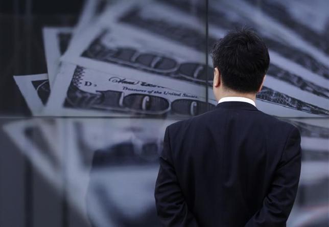 9月21日、正午のドル/円は、ニューヨーク市場午後5時時点に比べ、若干ドル安/円高の101.51/53円。写真は都内で2013年4月撮影(2016年 ロイター/Toru Hanai)