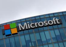 Microsoft Corp aumentó el martes su dividendo trimestral en un 8 por ciento y dijo que como parte de su nuevo programa de recompra de acciones adquiriría títulos por valor de hasta 40.000 millones de dólares. En la foto, el logo de Microsoft en  Issy-les-Moulineaux, en Francia el 8 de agosoto de 2016. REUTERS/Jacky Naegelen