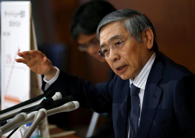 9月21日、黒田日銀総裁(写真)は記者会見で、金融緩和の主たる目安を従来の量から金利にシフトしたことで、これまで年間80兆円を維持してきた国債買い入れ額が「上下する」と指摘した。都内の日銀本店で撮影(2016年 ロイター/Toru Hanai)