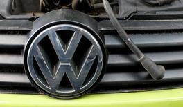 Los accionistas de Volkswagen han presentado demandas por un importe total de 8.200 millones de euros contra el fabricante de coches alemán por los daños sufridos en relación con el escándalo de las emisiones contaminantes, dijo el miércoles un tribunal alemán. En la foto de archivo, el logo de Volkswagen. REUTERS/Michaela Rehle