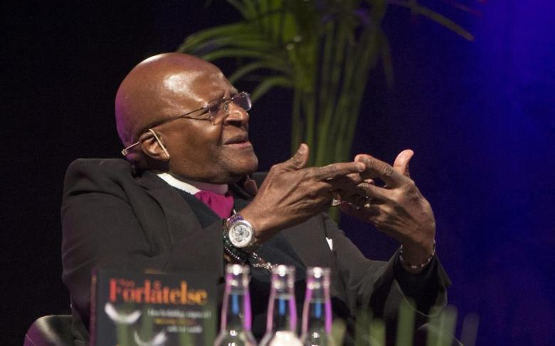 Desmond Tutu, retired South African Anglican archbishop, talks about his book ''Forlatelse'', or ''The Book of Forgiving'', written in collaboration with his daughter Mpho Tutu, at a book fair in Goteborg, September 26, 2014.    REUTERS/Fredrik Sandberg/TT News Agency