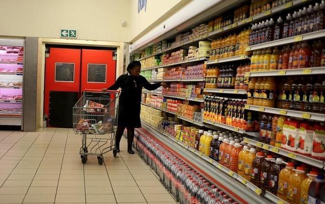 9月21日、南アフリカ統計局が発表した8月の消費者物価指数(CPI)は、中銀の目標レンジを下回り9カ月ぶりの低水準となった。これにより今週の中央銀行の政策会合では金利が据え置かれるとの見方が強まった。ヨハネスブルクの食料品店で2015年7月撮影(2016年 ロイター/Siphiwe Sibeko)
