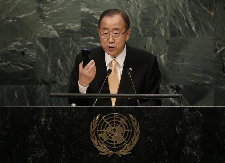 United Nations Secretary General Ban Ki-moon holds up a smart phone as he addresses the General Debate of the 71st Session of the United Nations General Assembly in the Manhattan borough of New York, U.S., September 20, 2016.  REUTERS/Mike Segar
