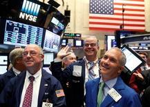 Operadores trabajando en la Bolsa de Wall Street en Nueva York, sep 15, 2016. Las acciones en Estados Unidos subían el miércoles a media sesión, impulsadas por los avances de los sectores de tecnología y energía, antes de que la Reserva Federal anuncie más tarde su decisión de política monetaria.   REUTERS/Brendan McDermid