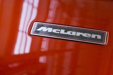 Apple Inc está en conversaciones con McLaren Technology Group para realizar una inversión estratégica o una potencial compra de la empresa dueña del equipo británico de Fórmula Uno, informó el diario Financial Times citando fuentes. En la imagen de archivo, el nombre de la escudería McLaren enn un coche de Fórmula Uno a subasta en Sotheby's, Nueva York, el 3 de junio de 2015. REUTERS/Brendan McDermid