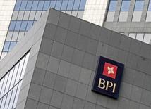 Caixabank tiene que presentar una nueva oferta obligatoria por el portugués Banco BPI, dijo el regulador bursátil luso CMVM el miércoles, lo que podría forzar un ajuste al alza en el precio de 1,113 euros por acción ofrecido por la entidad financiera española en abril. En la imagen de archivo, el logo del banco portugués en su sede de Lisboa, el 2 de febrero de 2012. REUTERS/Jose Manuel Ribeiro