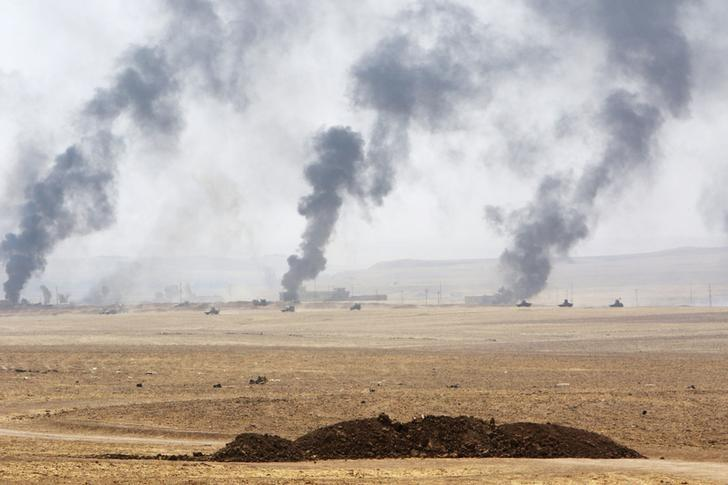 Smoke rises from clashes with Islamic State militants on the southeast of Mosul, Iraq, August 14, 2016. REUTERS/Azad Lashkari/File Photo