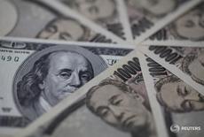 Купюры валют иена и доллар США в Токио 28 февраля 2013 года. Доллар упал до минимума почти четырех недель к иене в четверг после того, как Федрезерв США оставил монетарную политику без изменений и сигнализировал о менее агрессивной траектории повышения ставок в ближайшие годы. REUTERS/Shohei Miyano