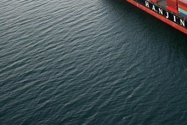 9月22日、韓国産業銀行は、法定管理を申請した韓進海運に対し、約4500万ドルの融資を検討している。カリフォルニアの港近くで足止めされている韓進海運の船、8月撮影(2016年 ロイター/Lucy Nicholson)