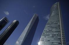 La bonanza actual del sector inmobiliario español y la fuerte expansión del grupo quedaron de nuevo reflejadas en las cuentas de Merlin Properties en los primeros seis meses del año, periodo en el que las rentas por alquileres y la rentabilidad crecieron a tasas superiores al 100 por ciento.  En la imagen las torres Cepsa, PwC , Cristal y Espacio en el área de negocios de Madrid, España, el 25 de febrero de 2016. REUTERS/Andrea Comas